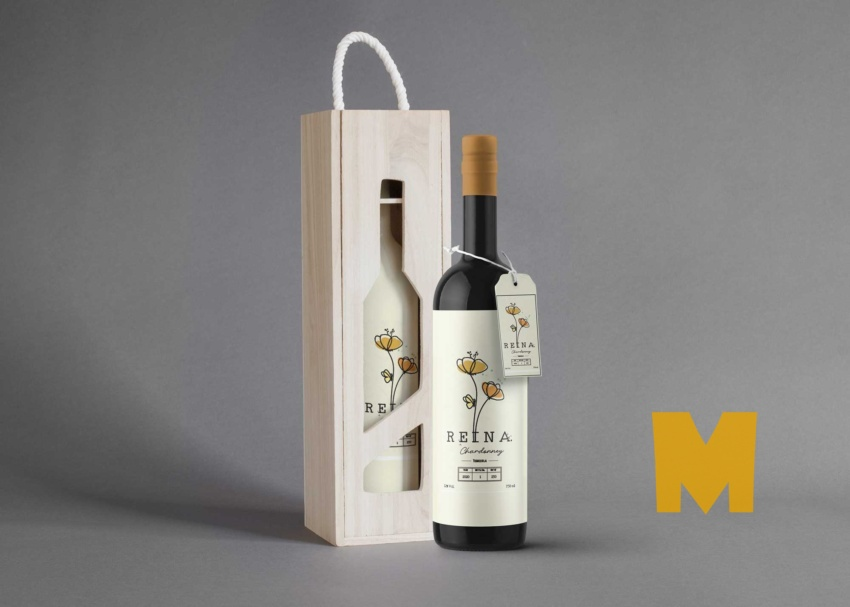 Free Wood Wine Bottle Packaging Mockup
